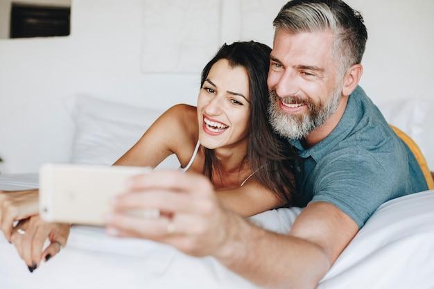 ベッドでセルフをする新婚旅行