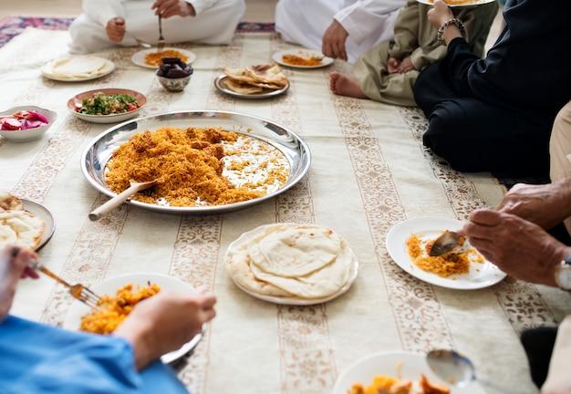 イスラム教徒の家族は床に夕食を食べる