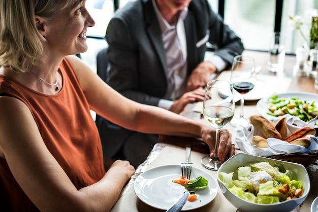 レストランで食事をするビジネスマン