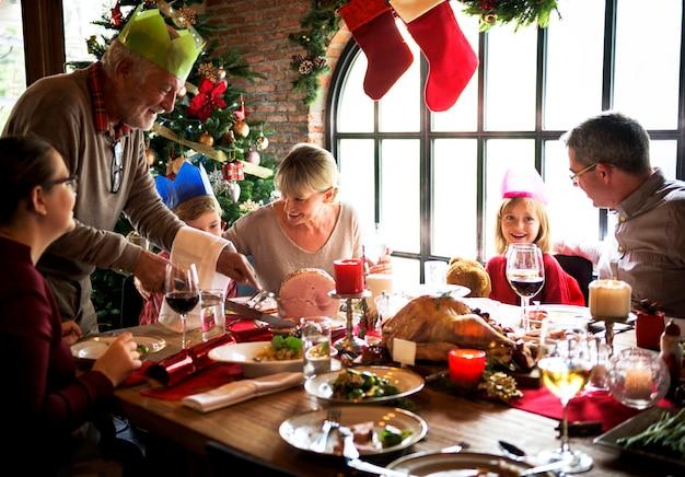 クリスマス休暇のために多様な人々の集まりが集まっています