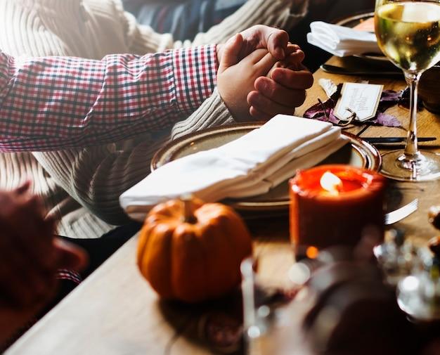 感謝祭の祝賀コンセプトを祈る人たち