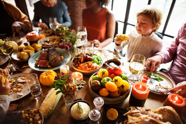 人々は感謝祭の日を祝う