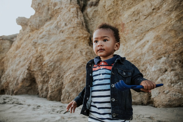 ビーチで遊んでいる小さな男の子