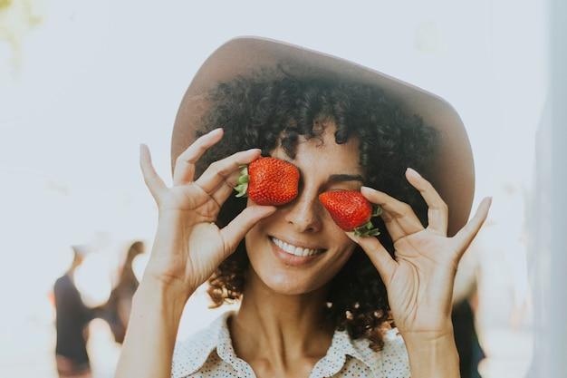 女、楽しむこと、イチゴ