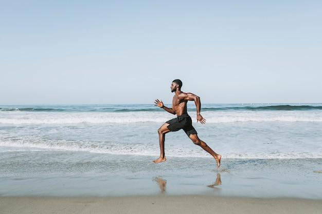 ビーチで走っている男に合う