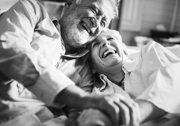 高齢者のカップルが一緒に時間を過ごしている