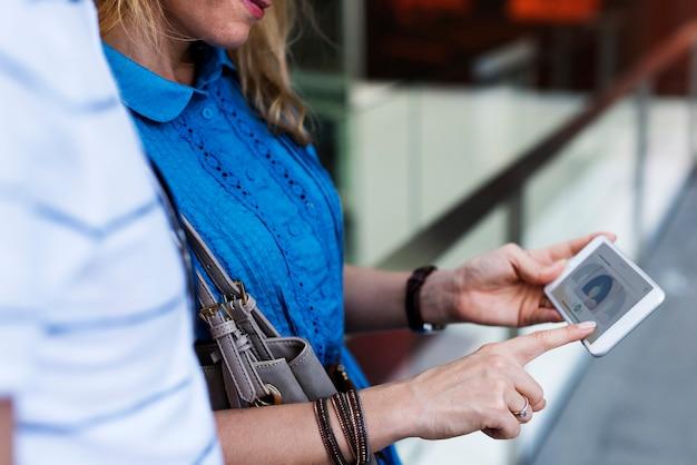 携帯電話を使っている女性