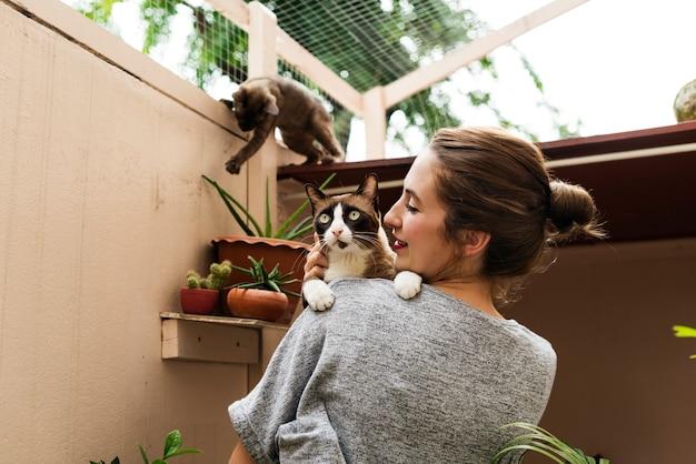 猫の休日で遊ぶ女性