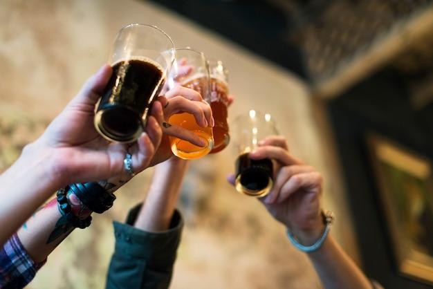 Красное пиво выпивки