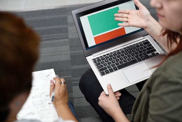 コンピュータのラップトップで働く人々