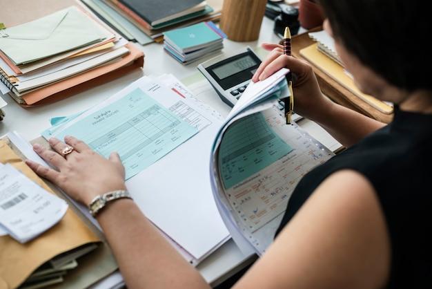書類を通して働くアジアの女性