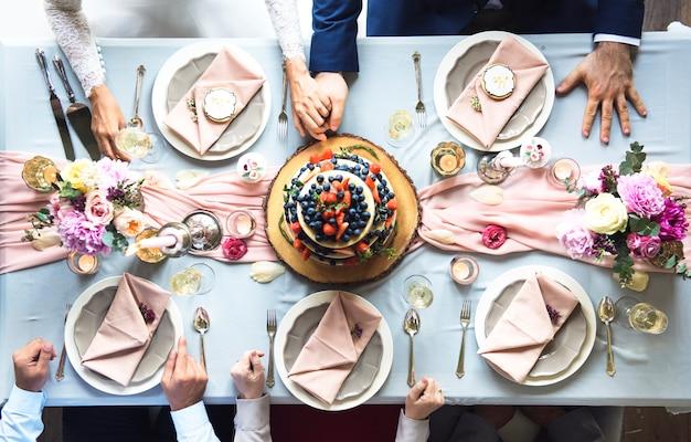 結婚式の表でフルーティーなウェディングケーキの航空写真