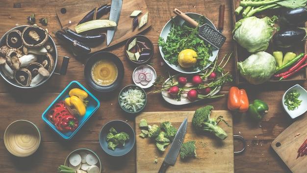 様々な新鮮な有機野菜の航空写真