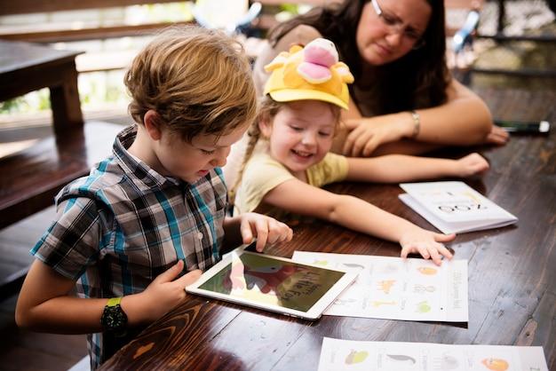 デジタルタブレットを使用している若い白人の少年