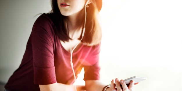 女性聞く音楽メディアエンターテイメントリラクゼーションコンセプト