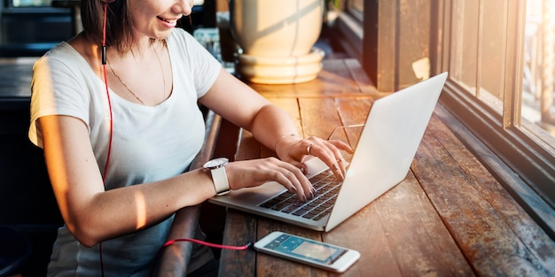 女性の女性の接続デジタルデバイスインターネットの概念