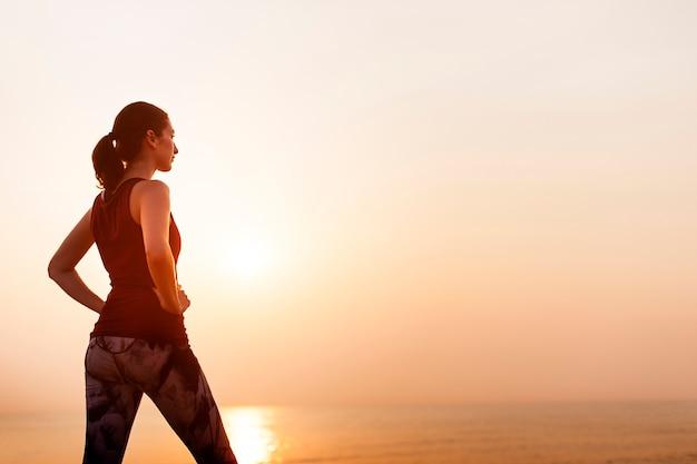 女性の静かなフィットネス健全な平和の海の概念