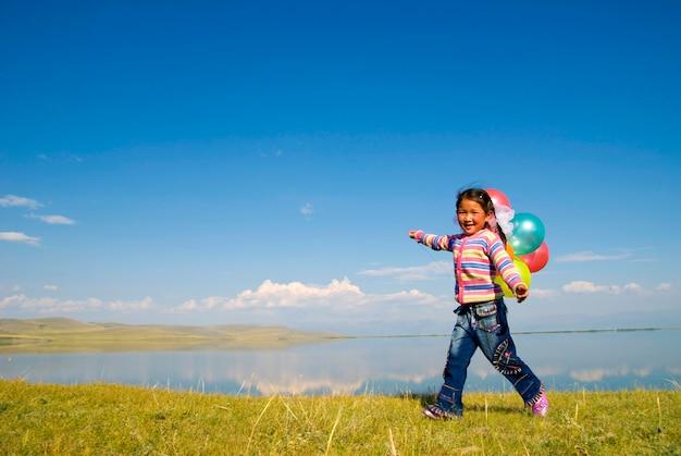 湖で遊ぶアジアの女の子。