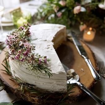 結婚式のレセプションで美しいカットシェアドケーキ