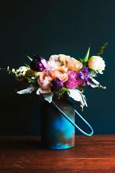 美しい花束と素朴な花瓶