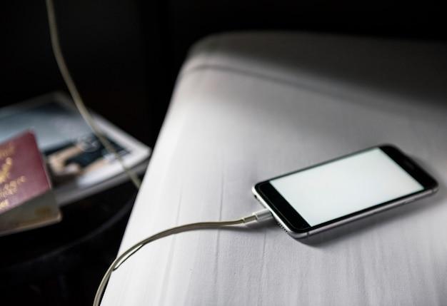 携帯電話は、デザインスペース白い画面で充電