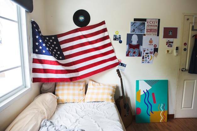 壁にぶら下がっているアメリカの旗のベッドルーム