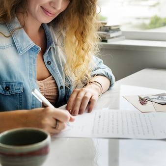 手紙を書く白人女性