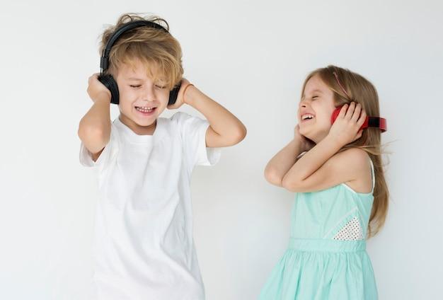 音楽を聴く子供たち
