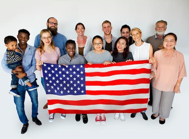 アメリカの旗を持つ幸せな人々