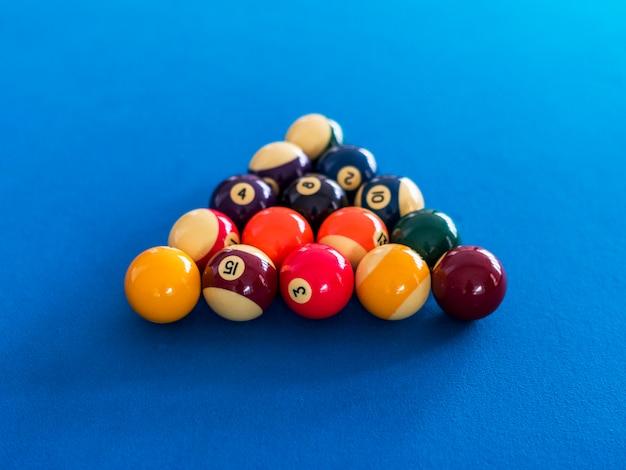 ビリヤードボールは、プールのテーブルにセットアップ