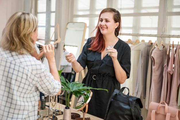 顧客は衣料品店でものを選んでいる