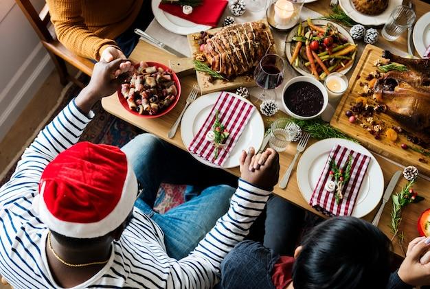 クリスマスディナーを持つ家族
