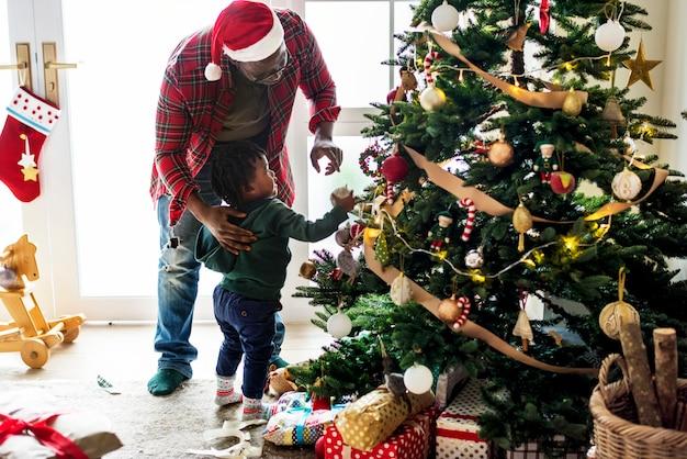 クリスマスホールデイを楽しむ黒人の家族