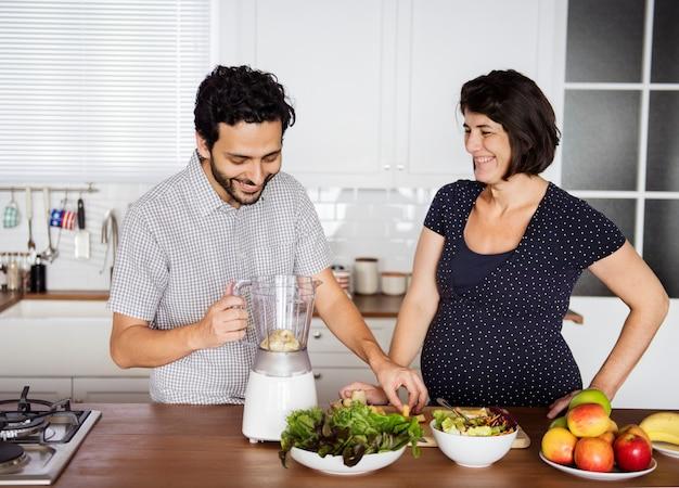 新鮮なスムージーを作る白人のカップル