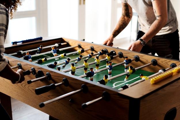 テーブルサッカーをする人々