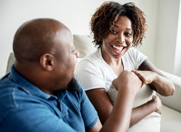 陽気な黒人のカップル