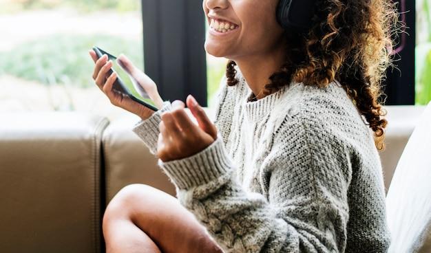 女性、ソファー、彼女の音楽で楽しむ