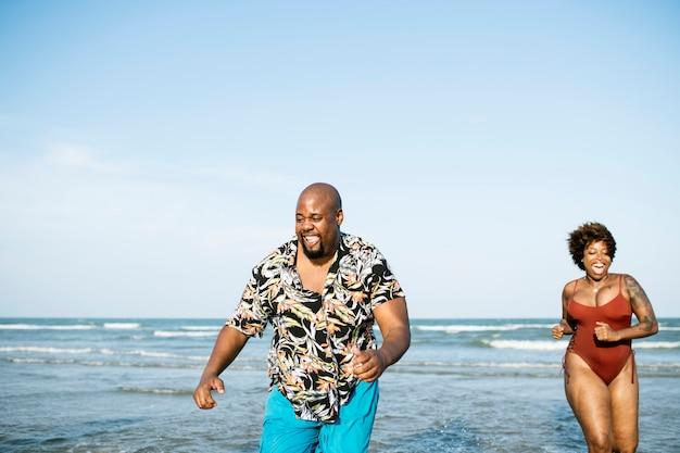 Счастливая пара играет в море