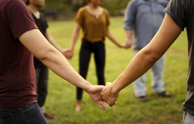 Друзья всех возрастов, держась за руки