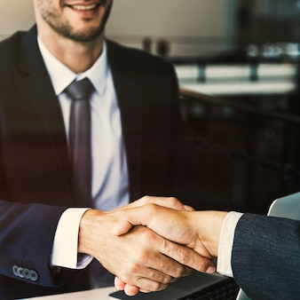 Концепция встречи с рукопожатием для деловых людей