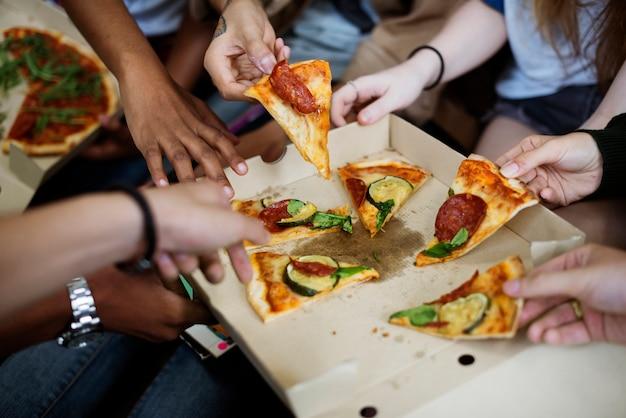 一緒にピザを共有する友情コミュニティコンセプト