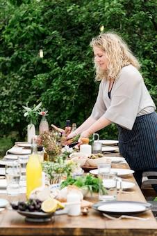 女、準備、テーブル、ディナー、コンセプト