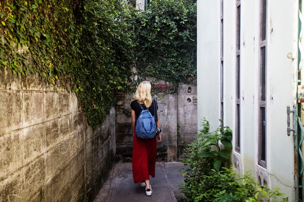 Женщина кавказский путешественник путешествие исследуйте понятие