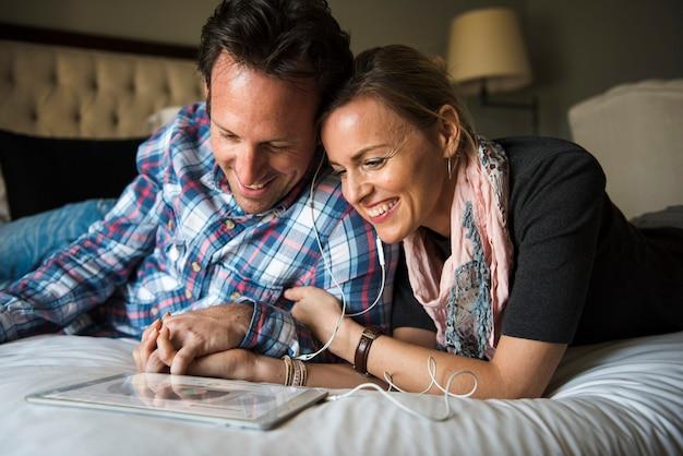 素敵なカップルが一緒に質の高い時間を過ごす