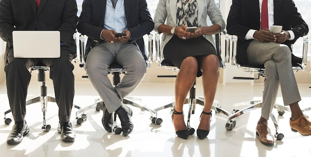 Разнообразные деловые люди используют цифровые устройства
