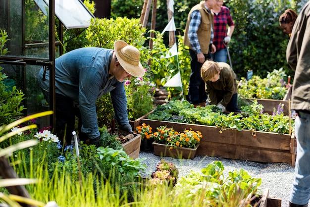 裏庭を一緒に園芸する人々のグループ