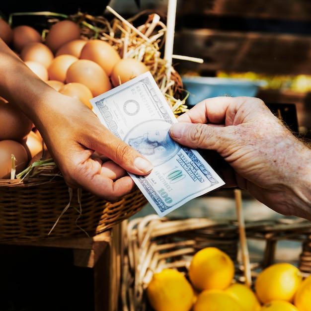 農家市場でオーガニックの新鮮な農産物を販売している緑藻類