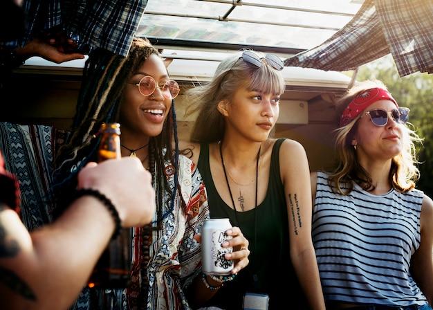 Друзья пить алкогольные напитки вместе на поездку по дороге