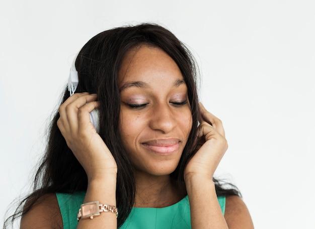 楽しく音楽を聴く黒人の女の子