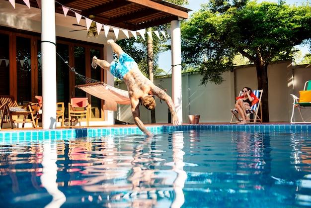 プールに飛び込んだ刺青人
